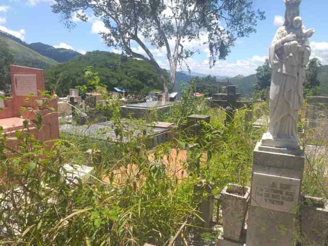 Desbordado y en ruinas: caos en el cementerio de Paracotos en medio de la pandemia por Covid-19