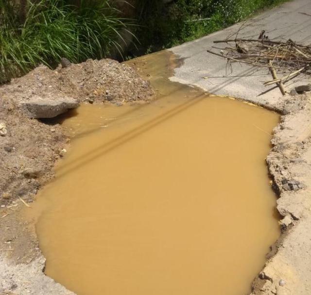 Exigen a Hidrocapital reparar tuberías rotas que generan «cráteres» en la vía Pueblo – Los Helechos