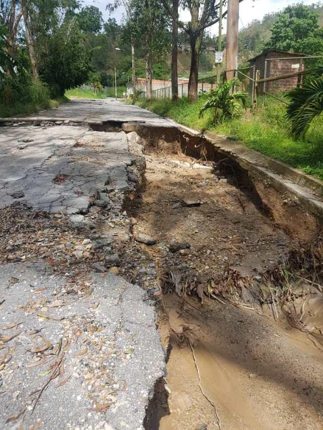 En Colinas de Carrizal las calles y aceras se «desmoronan» por falta de mantenimiento