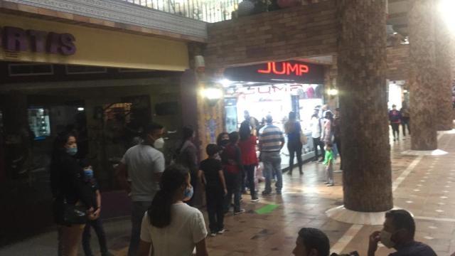 Mirandinos abarrotan La Cascada en «Black Friday» adelantado pese a nuevo récord del dólar