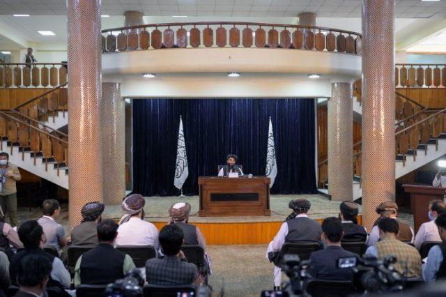 Talibanes nombran al resto del gobierno, sin mujeres y con alguna minoría