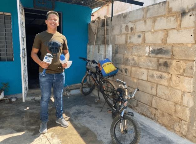 La voz de un barrio venezolano se oye en redes por un micrófono de cartón