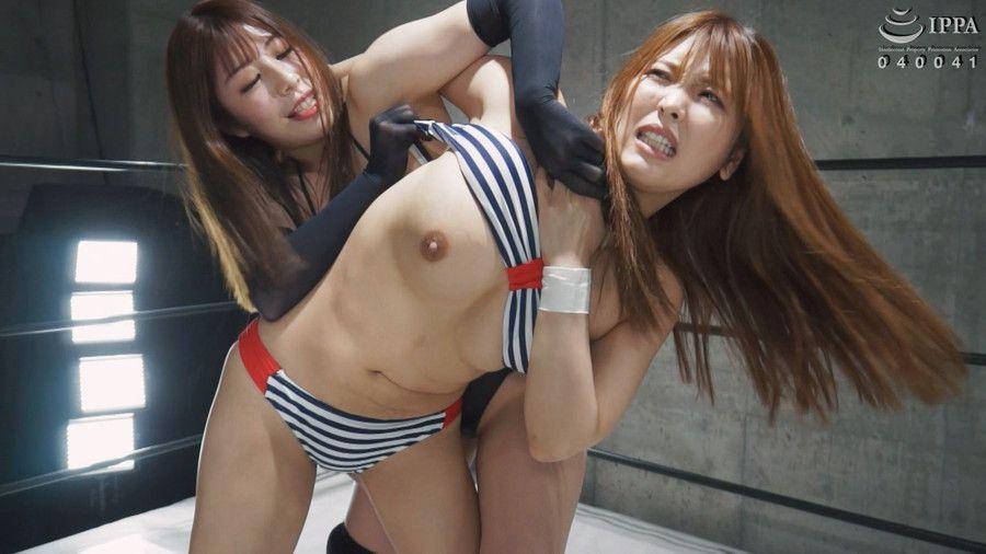 スケスケ痴女におっぱいポロリされ動揺!全裸で膣を刺激され発狂する美女レスラー4人のキャットファイトがエロい!!