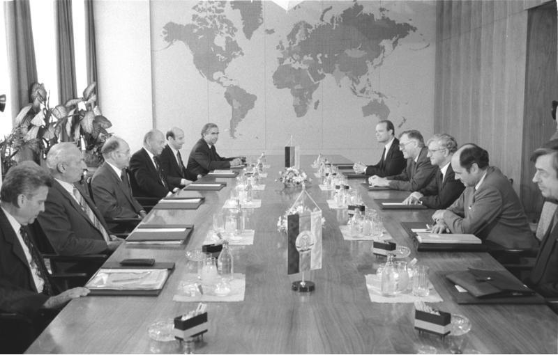 ADN-ZB/Reiche/4.7.89/Berlin: Seiters-Besuch/Der Minister für Auswärtige Angelegenheiten der DDR, Oskar Fischer (3.v.l.), empfing den Bundesminister für besondere Aufgaben und Chef des Bundeskanzleramtes der BRD, Rudolf Seiters (3.v.r.), zu einem Gespräch, an dem auch der Stellvertretende DDR-Außenminister Kurt Nier (2.v.l.) und der Leiter der Ständigen Vertretung der BRD in der DDR, Dr. Franz Bertele (4.v.r.), teilnahm.