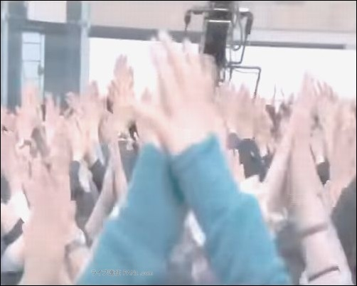 """手拍子 ハンドクラップ 作法 マナー 声援 合唱 シンガロング コール コールアンドレスポンス 服装 格好 装い コインロッカー ロッカー 危険性 リスク ペンライト サイリウム ザイロバンド うちわ  プラカード たれ幕 座席 指定席 アリーナ スタンディング ブロック制 メンバー スタッフ 関係者 迷惑 配慮 入り待ち 出待ち 追っかけ行為 物販 グッズ アイテム 待機 列 混雑 混む 混み合う 場所 距離感 体感 目安 ファン BUMPer バンパー 年齢層 性別 男女比 説明 世代 幅広い ライブハウス ハコ 箱 スピーカー 機材 距離 近い 耳なり 痛み 症状 危険 耳栓 大切 必要 物販 グッズ アイテム ビニール袋 包装 個別 トートバッグ 袋 必要 ザイロバンド LEDライト ペンライト サイリウム ロングスカート トレーナー Tシャツ 半袖 パーカー パンツ 重ね着 ロングTシャツ カーディガン 黒色 アイテム 全国ツアー ツアーグッズ 藤くん リスバン ラババン ーンズ ズボン パンツ ボディバッグ ボディバック パーカー ハーフパンツ ガウチョパンツ ロングスカート バンドTシャツ バンT バンパー BUMPer BUMP OF CHICKEN BOC BUMP バンプ バンプオブチキン [Alexandros] アレキサンドロス [ALEXANDROS] ドロス アレキ ライブキッズ 野外 フェス スタイル 半袖 デザイン かわいい ちゃんMARI Tシャツ コポゥ グッズ アイテム パーカー スカート トレーナー タオル 首 タイツ スキニー ズボン パンツ スニーカー ボディバッグ ラババン ラバーバンド トートバッグ グッズ アイテム バンT バンドTシャツ ハーパン ハーフパンツ 川谷絵音 えのんくん えのんさん コスプレ ジーンズ リーヴァイス ファン コーデ 服装 ガウチョパンツ 川谷絵音 クレーム マナー 配慮 公式ツイッター アカウント 苦言 ゲス極 ゲスの極み乙女。 川谷絵音 休日課長 ちゃんMARI ほないこか さとうほなみ セカオワ SEKAI NO OWARI End of the World ENDer セカオ輪 ファン 質問 相談 問い合せ フォーム ボタン ワンオク ONE OK ROCK ディッキーズ チーム ディッキーズ族 危険 リスク 物販 アイテム ステージ 照明 ギャグ 秋元真夏 乃木坂46 ハーフパンツ タオル 完売 売り切れ グッズ オフィシャル 演奏 ライヴ ジーンズ Tシャツ ステージ セット 楽器 終演後 会場内 景色 危険 危ない 中央 前方 セキュリティ スタッフ フロア 開演前 混雑 盛り上がり 撮影 ファン 読者 質問 相談 ヤバいTシャツ屋さん ヤバT ロックバンド ファン BKW勢 まとめ 説明 紹介 お願い マナー 禁止 ルール メンバー 煽り サークルモッシュ リフト ダイブ モッシュ サークル アクセサリー アクセ ネックレス 長い キャップ 帽子 コール かけ声 フリ 振りつけ 振り付け ダイブ モッシュ サークル サークルモッシュ 危険 持ち物 手荷物 荷物 立ち位置 場所 中央 前方 横 わき 壁際 後方 公式 オフィシャル 商品 スキニー パンツ タイツ 半袖 バンT 長袖 ロンT ガウチョパンツ ハーフパンツ ハーパン トレーナー ジャンパー 半袖 フェス Tシャツ タオル BKW 番狂わせ ファン グッズ アイテム オーラル オーラルシガレッツ THE ORAL CIGARETTES ジオーラルシガレッツ Crossfaith クロスフェイス CF HEY-SMITH ヘイスミス ヘイスミ 読者 問い合せ 質問 相談 フォーム ボタン"""" alt=""""HEY-SMITH ヘイスミス ヘイスミ 読者 問い合せ 質問 相談 フォーム ボタン SiM シム レゲエパンクロックバンド 写真 動画 撮影 許可 貼り紙 告知 アナウンス 情報 アクセ アクセサリー メガネ 眼鏡 ネイル 爪 特定 曲 コール かけ声 フリ 振りつけ 振り付け 習慣 初心者 女性 ポジション 場所 位置 レギンス タイツ 長袖 Tシャツ スニーカー 靴下 ハーフパンツ ハーパン ジーンズ ジャケット グッズ トレーナー ファン 服装 例 サンプル 意見 発表 Masato マサト 早川雅人 Masato David Hayakawa 撮影 画像 写真 録音 録画 コールドスプレー 冷却 効果 アイシング coldrain コルレ ルナフェス 2015年 爪 ネイル 長さ 注意 写真 画像 動画 撮影 録音 録画 声援 叫び声 絶叫 シンガロング 合唱 コール """