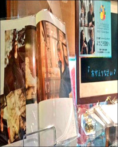 """GLAY 応援 コーナー GLAY Walker 2013 函館 オルゴール 販売 はこだて明治館 テディベアミュージアム ゲキ推し コーナー 展示 BAYはこだて 入り口 テナント 函館オルゴール堂 看板 外観 建物 貸しスタジオ メンバー 来訪 グッズ アイテム 店舗 外観 建物 ギター サウンドパパ 愛称 サンパパ ファンクラブ HAPPY SWING 会報 撮影 来訪 街並み 眺望 春 景色 看板 坂道 新緑 季節 大三坂ビルヂング 飲食店 大三坂 だいさんざか 函館ハリストス正教会 門 撮影 オフィシャル 自伝本 GLAY STORY 永遠の 1/4 看板 説明 坂の下 坂の上 夏 夜間 街灯 昼間 新緑 八幡坂 有名 坂 廊下 大広間 内観 階段 函館山 夜間 ライトアップ 元町公園 ラブライブ 聖地 工事現場 告知 お知らせ 改修工事 足場 仮設 カーテン 出口 表紙 撮影 場所 GLAY Walker 函館 2013 春 つつじ 花 時期 バルコニー 函館湾 眺望 眺め 応接室 内部 室内 旧函館区公会堂 メニュー パネル カクテル お酒 昔の衣装 GLAY部屋 展示 サイン 記帳 ノート ファン 顧客 TERU 小橋照彦 ポスター 建物 外観 スナックペア TERU 叔母 田中勝子 オフィシャルヒストリーブック GLAY STORY 永遠の 1/4 撮影 場所 カフェ・ペルラ エントランス 閉店時 フロア 天井 高い 思い出 ピアノ フラッグ 説明 座席 記念 看板 店名 久保琢郎 再訪 建物 外観 店内 入り口 シングルバージョン 歌詞 ずっと2人で… カフェ・ペルラ TAKURO席 サイン パネル 案内 カフェペルラ 外観 ロープウェイ 山麓駅舎 建物 旧住所 いるかビル GLAY メンバー サイン 展示 FMいるか 移転 引越し 外観 通り 入り口 店舗 お店 屋台 大門横丁 カウンター席 函館 らーめん 龍鳳 2015年11月 外観 閉店 理由 後継者 体調 店主 閉店 お知らせ 告知 看板 カウンター 椅子 テーブル イス 伝説 かけ焼きチャーハン 内装 メニュー あうん堂ホール 隣り 位置関係 看板メニュー かけチャーハン 塩ラーメン ラーメン汪 汪さん 看板 ありし日 GLAY メンバー 高校生 ライブ 楽屋 ステージ 1階 バー 営業 お酒 飲酒 外観 玄関 入り口 あうん堂ホール 北海道函館市 ゆかりの聖地スポット 歴史 GLAY ARENA TOUR 2019-2020 DEMOCRACY 25TH HOTEL GLAY THE SUITE ROOM in YOKOHAMA ARENA Blu-ray DVD 映像作品 GLAY Special Live 2020 DEMOCRACY 25th INTO THE WILD Presented by WOWOW 配信限定アルバム REVIEW 2.5 REVIEW II ~BEST OF GLAY~ ベストアルバム 特典 映像作品 Blu-ray DVD GLAY 25th Anniversary """"LIVE DEMOCRACY"""" Powered by HOTEL GLAY DAY1 良いGLAY DAY2 悪いGLAY 2作品 UVERworld UNSER アルバム 10th 10枚目 TVアニメ 七つの大罪 神々の逆鱗 オープニングテーマ曲 ROB THE FRONTIER UVERworld シングル グータッチ 青春 思い出 マナー 声援 合唱 シンガロング コールアンドレスポンス コール サロペットパンツ オーバーオール バンドTシャツ 服装 格好 コーデ 清水琢也 TAKUYA∞ コスプレ マーク タトゥーシール 腰巻 重ね着 ランニング シューズ アクセサリー ジーンズジャケット 上着 コート フード サロペット オーバーオール ジャンパー 長袖シャツ アイテム ネックレス ジャケット ブーツ タイツ グッズ ショルダーバッグ ウェア ズボン ハーフパンツ パーカー スニーカー Tシャツ トレーナー ディッキーズ ディッキーズ族 ディッキ族 ジーパン 長袖 半袖 バンT バンドTシャツ スキニー バンダナ 手を振る 目撃情報 写真 画像 記録 ファン グータッチ 憧れ 行為 行動 ランニング 終演後 公演後 TAKUYA∞ 清水琢也 出待ち ファンサ サロペットパンツ オーバーオール パンツ ズボン TAKUYA∞ UVERworld ウーバーワールド UVER ウーバー ファン 服装 マネ コスプレ 格好 黒色 黒系 ブラック 色 ディッキーズ Dickies ハーフパンツ ハーパン WANIMA ワニマ ファン 服装 格好"""