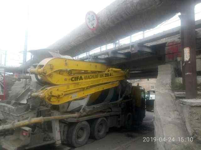 В Одессе бетономешалка застряла под мостом, есть пострадавшие