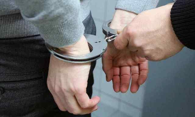 В Одессе мужчина избил и ограбил собутыльницу, выпрыгнул из окна и съел деньги, которые украл. Фото