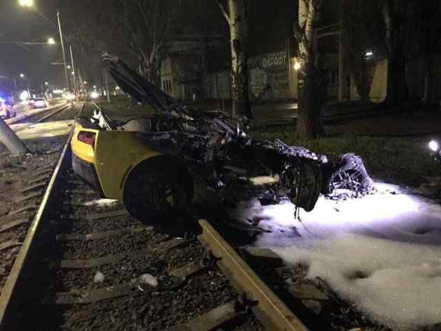 В Одессе после аварии дотла сгорел спорткар. Фото