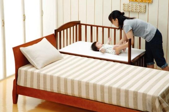 添い寝もできる、ロータイプのベビーベッド