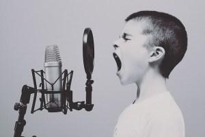 スタジオで歌う子供