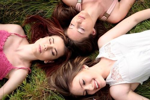 女性3人が草原で睡眠