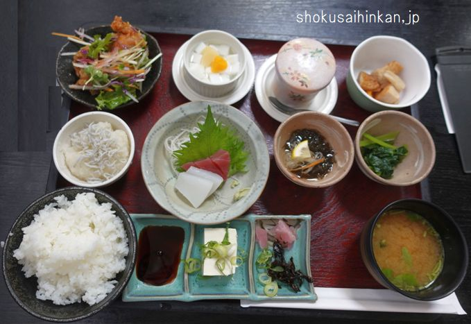 食事処 葵(愛知県豊田市)あっさり定食990円12品。細かなメニュー変更が興味深い