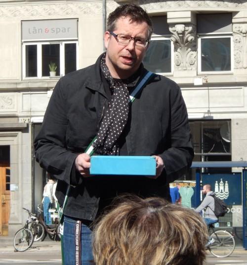 Morten Lander Andersen fortæller på byvandring