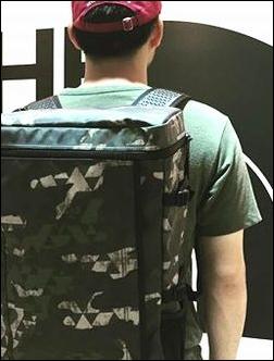 タウンユース 街中 ザノースフェイス プロヒューズボックス NM81452 リュック リュックサック デイパック バックパック ナップサック ザック コーディネート コーデ 服装 合せ方 合わせ方 あわせ方 参考 例 サンプル 説明 文章 記事 男性 緑色 Tシャツ カジュアル 格好