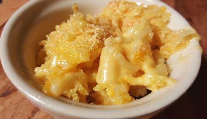 Macaroni og ost serveret
