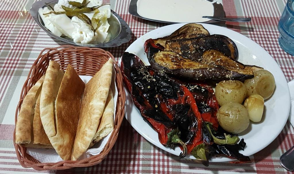 Informacje praktyczne o Cyprze - grillowane warzywa na przystawkę z ciepłym pieczywem