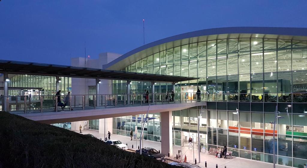 Informacje praktyczne o Cyprze - lotnisko w Larnace