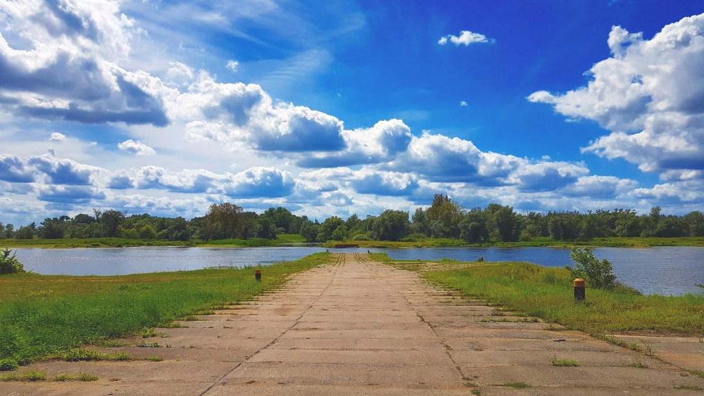 Szlak rowerowy wzdłuż rzeki Odry - zjazd nad rzekę w Uradzie