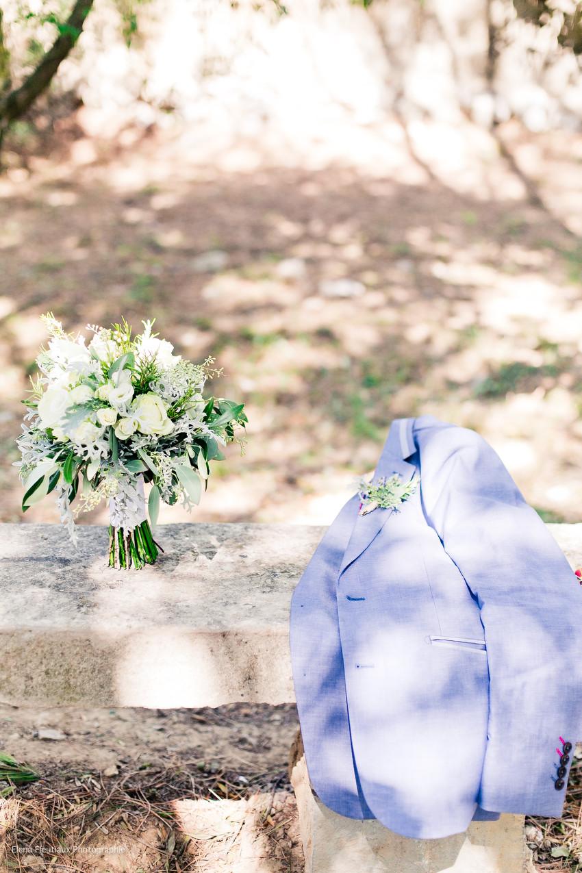 costume marié, bouquet de fleurs, boutonnière de fleurs