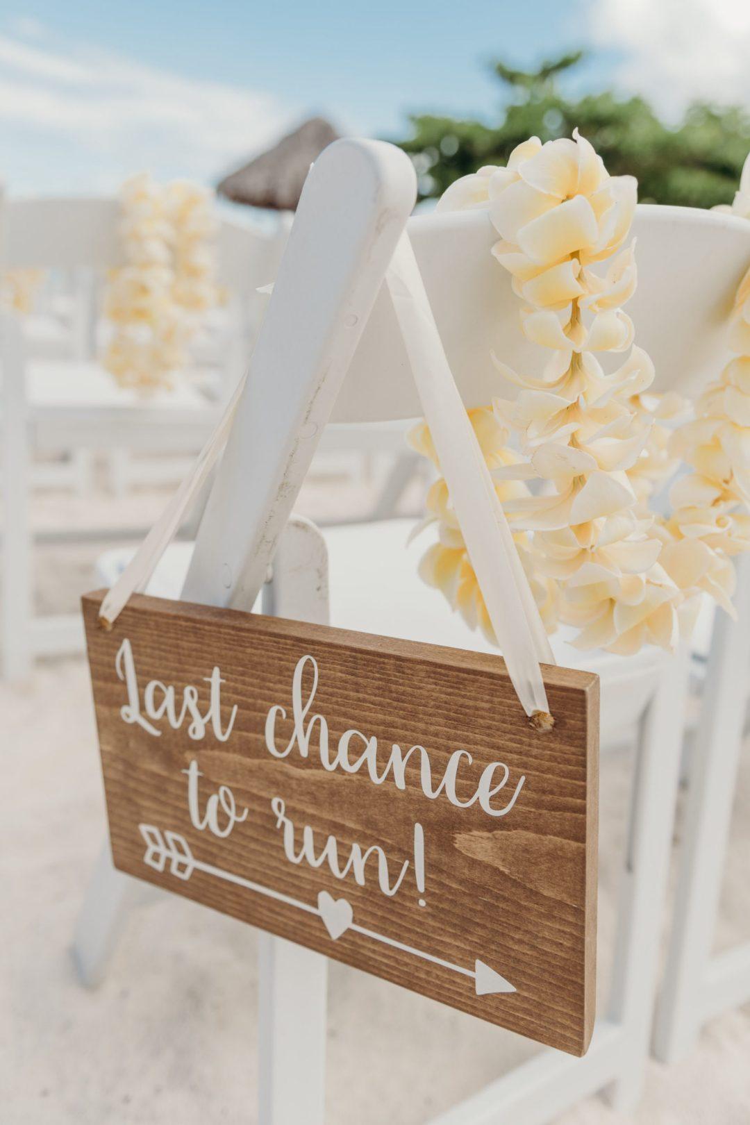 panneau, chaises blanches, mariage, cérémonie mariage, cérémonie laïque