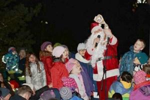 Viele Kinder nutzen die Gelegenheit, dem Weihnachtsmann persönlich ihren Wunschzettel zu überreichen, Gedichte aufzusagen und Lieder vorzutragen.Foto:FF Neu Wulmstorf: