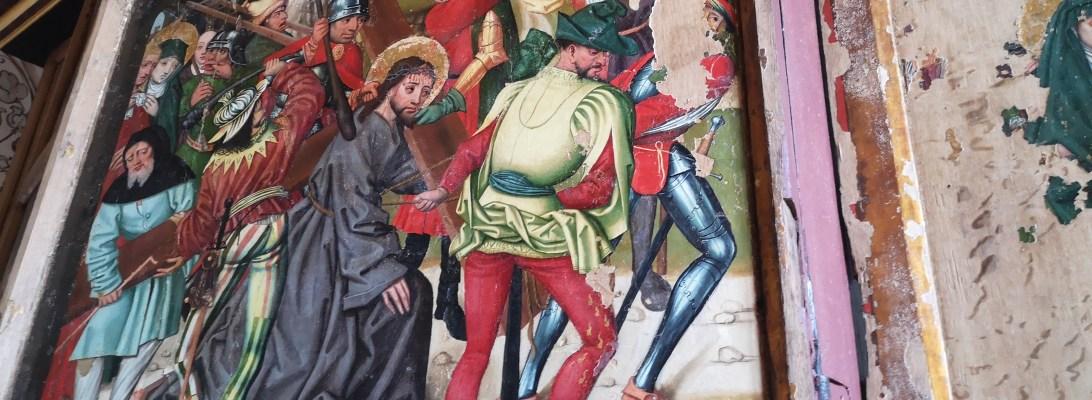 Jesus bærer korset på altertavlen