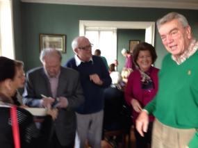 Frede Volf Sørensen, grev ,Preben Ahlefelt-Lauervig og Fru Britta takker Johannes for en inspirerende eftermiddag
