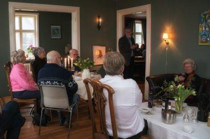 Erik A. Nielsen taler til gæsterne i den grønne stue (Foto Dan Riis)