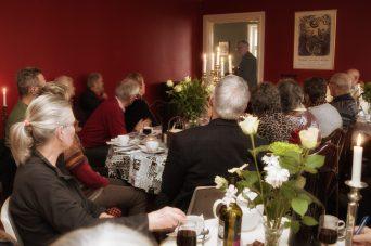 Erik A. Nielsen taler skiftevis til den grønne og røde salon (Foto Dan Riis)