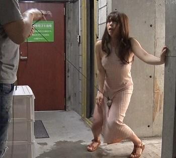 マキシワンピのスケベ女がガニ股痙攣で失禁イキ!固定バイブで羞恥散歩させたら潮吹き絶頂しちゃう変態マゾです