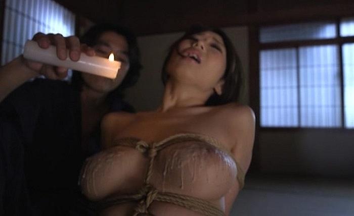 後手縄縛りの淫乱ボディーを蝋燭責めで真っ白蝋固め、さらにバラ鞭スパンキング調教で昇天しちゃう篠田あゆみ