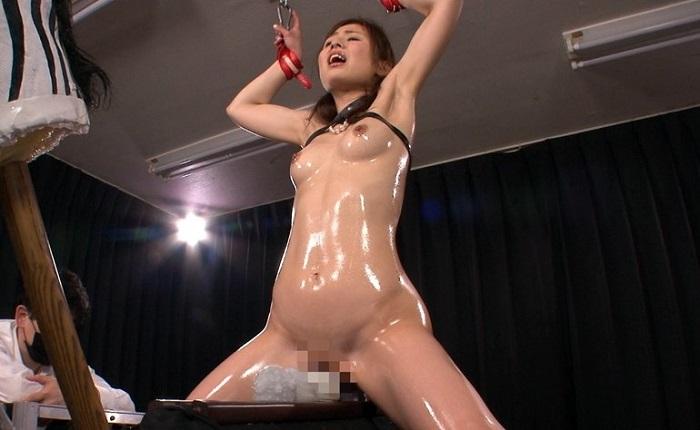三角木馬にマシンバイブ調教でスプラッシュイキする新任女教師 前田可奈子
