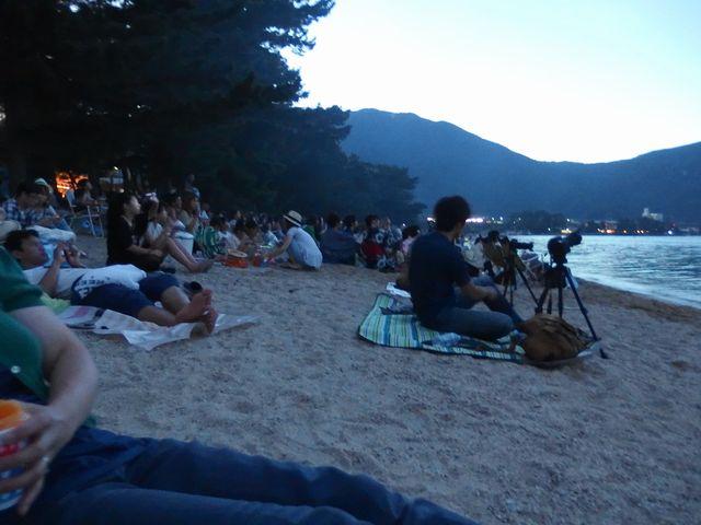 大津志賀花火大会の観覧席は浜辺を自由に
