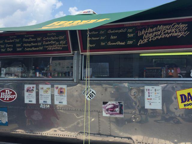 バーガースタンドホーライのシルバーのレトロなトレーラートラック