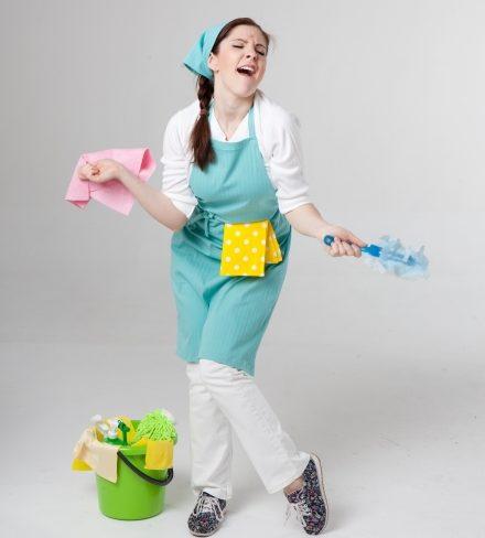 大掃除中に踊る女性