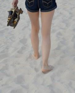女子の足下浜辺