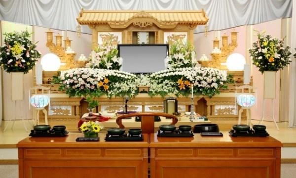 一般葬や家族葬の祭壇
