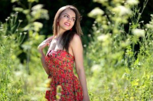 Szczupła Uśmiechnięta kobieta na łące