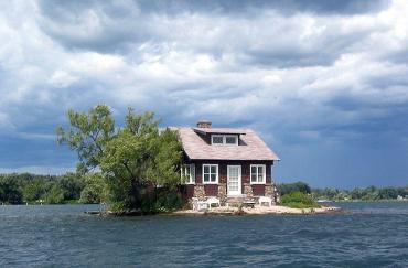un hombre, un casa, una isla.