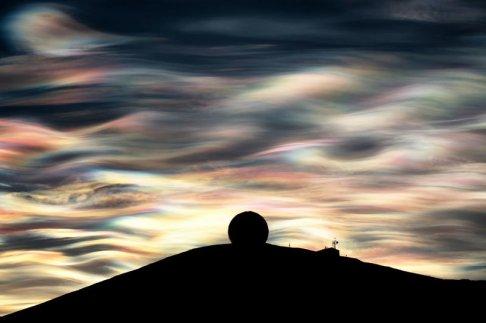 nubes iridiscentes se ven sobre la antartica