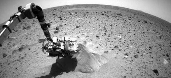 Enero 20 de 2004, el Mars rover Spirit toma su primera muestra de una roca marciana.