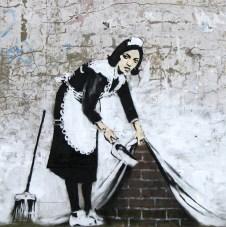 banksy-grafiti-mucama-barre-basura-bajo-pared