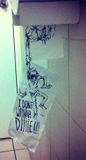 caricatura-hombre-cuelga-papel-higienico-real-troqman