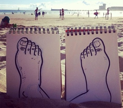 caricatura-pies-arena-playa-real-troqman