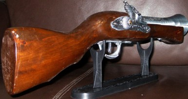 pistola-antigua-encendedor-chica-vista-atras-replica