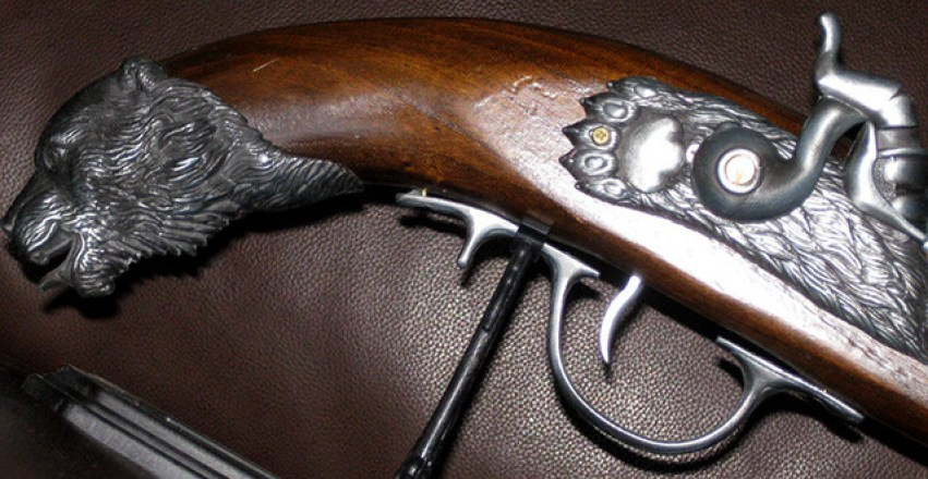 pistola-antigua-encendedor-detalle-oso-cacha-llave-rueda