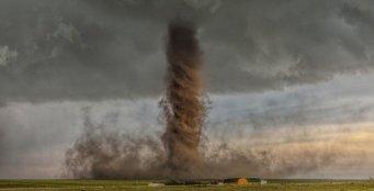 Tornado se quiere tragar a una granja en Colorado, USA