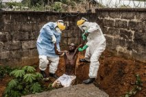 hombres entierran hombre durante la crisis del ebola, en Guinea.