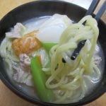 煮込みラーメンコクうま鶏塩ちゃんこ風(永谷園)は鶏肉・鶏ガラのエキスにほたてエキスなど魚介系の旨みを合わせた